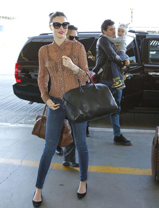 Miranda Kerr w prześwitującej bluzce w panterkę (FOTO)