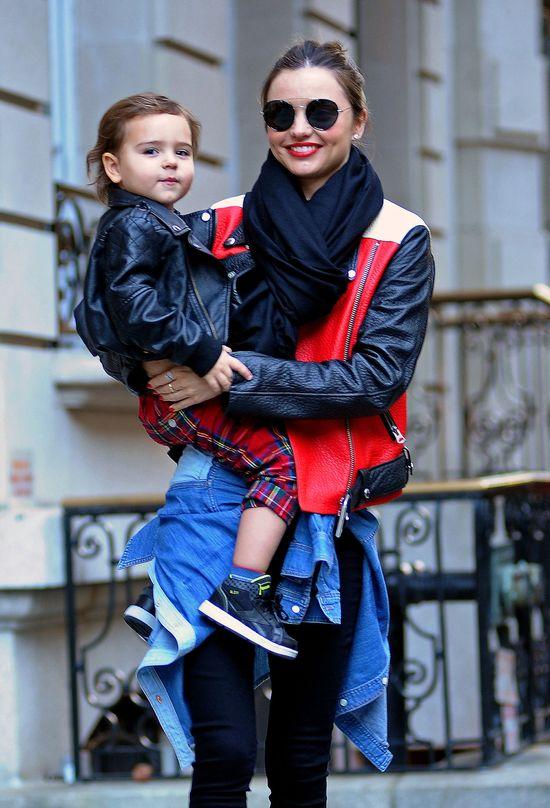 Miranda Kerr w kurtce Acne i okularach marki Prada