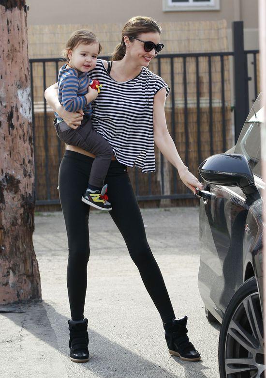 Miranda Kerr - sexy mama w sneakersach