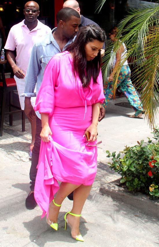 Kim Kardashian w różowej sukience i Louboutinach (FOTO)