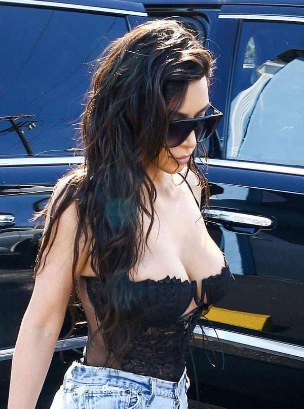 Kim Kardashian zmienia styl? Ta stylizacja to zupełnie nie jej klimaty...