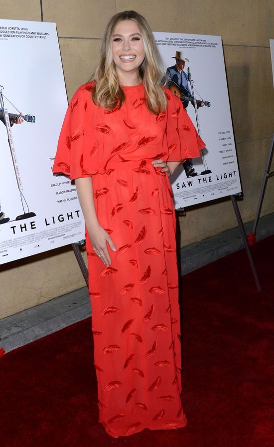 Elizabeth Olsen zrobiła sobie krzywdę sukienką? (FOTO)