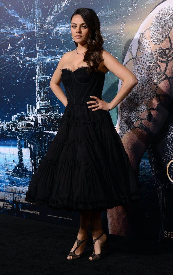 Mila Kunis zachwyca w czarnej rozkloszowanej sukience (FOTO)