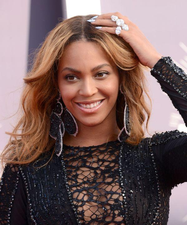 Królowa Beyonce błyszczy na czerwonym dywanie VMA! (FOTO)