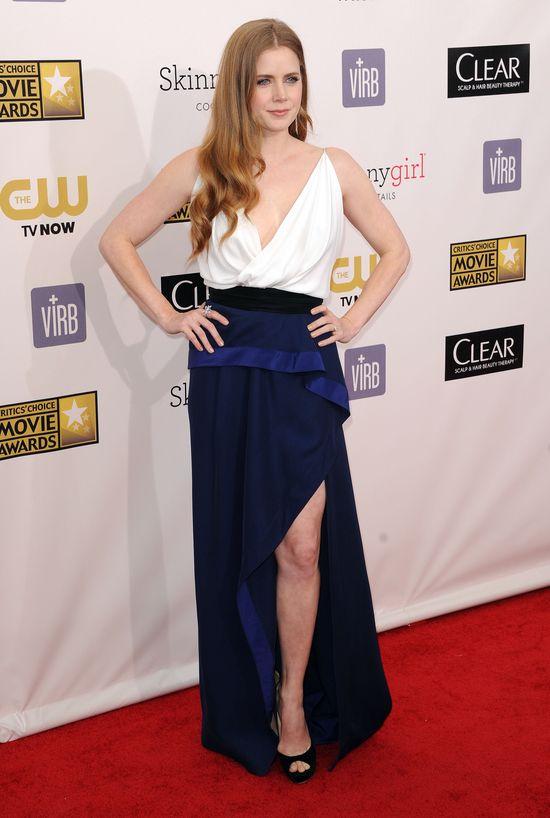 Amy Adams w biało-granatowej sukni Vionnet
