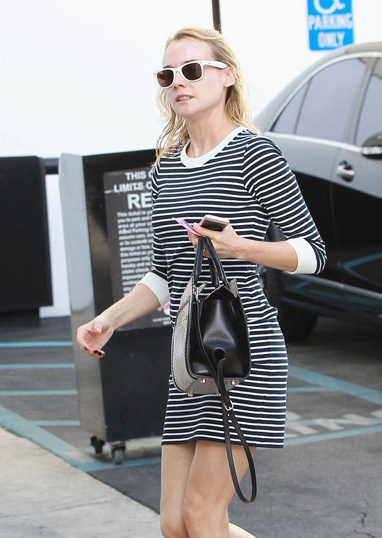 Diane Kruger w sukience w poprzeczne pasy i z torbą Jason Wu