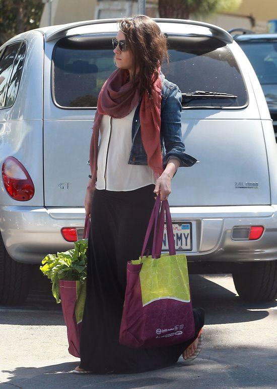 Mila Kunis przyłapana - widać już brzuszek! (FOTO)