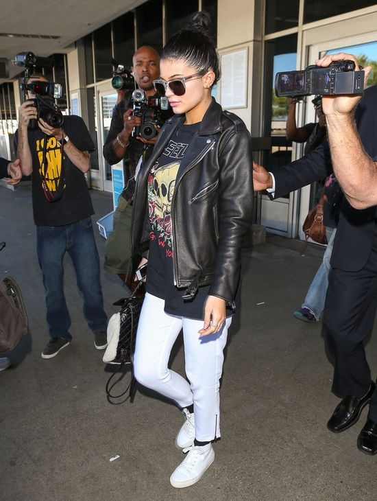Kourtney Kardashian odsłania ciało, Kylie Jenner przeciwnie