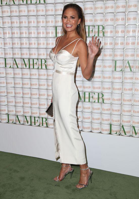 Ciężarna Chrissy Teigen w białej sukience (FOTO)