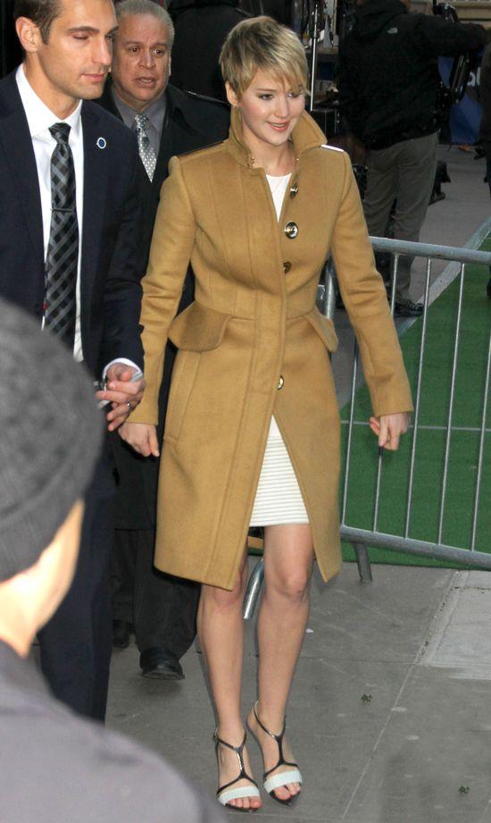 Jennifer Lawrence w złotym płaszczu w ABC Studios (FOTO)