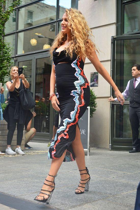 Blake Lively w ciąży zachwyca w Versace (FOTO)