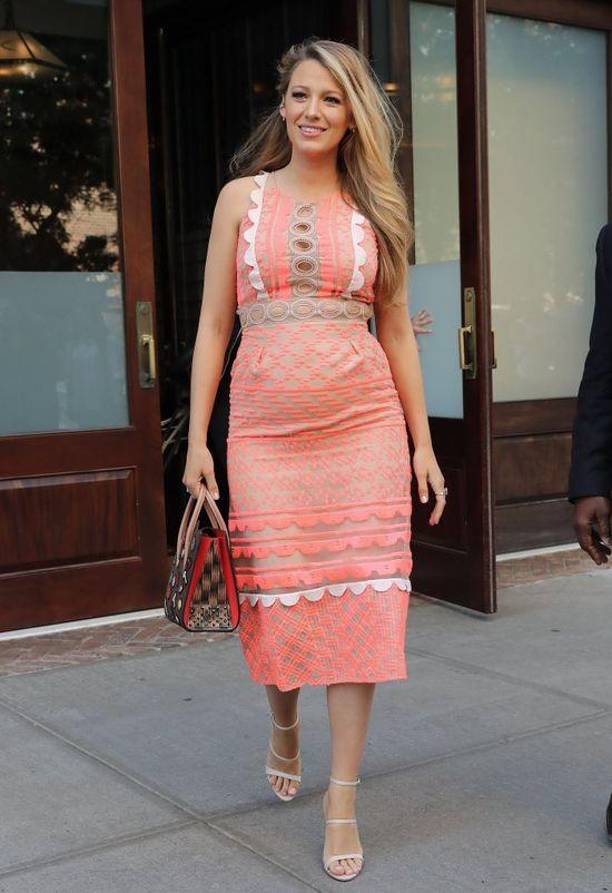 Ciężarna Blake Lively w łosowiowej sukience i Louboutinach