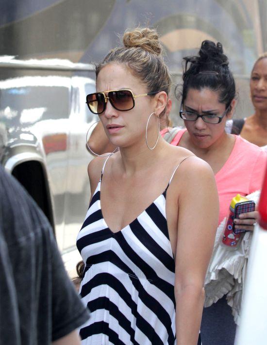 Jennifer Lopez w sukience w biało-czarne pasy (FOTO)