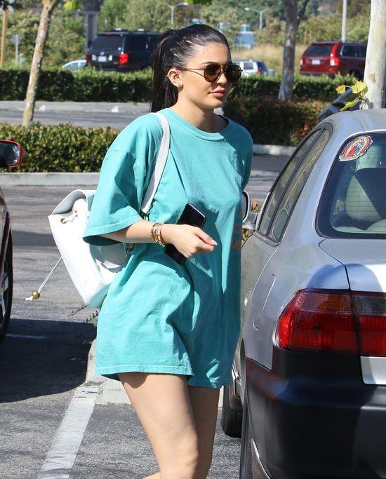 Kylie Jenner chowa dekolt i odsłania nogi (FOTO)
