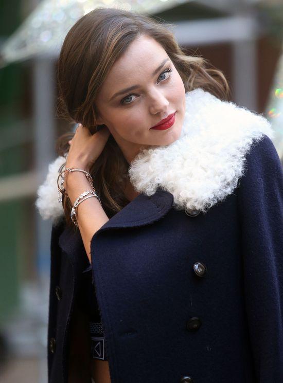 Miranda Kerr - ciepły płaszcz plus goły brzuch? (FOTO)