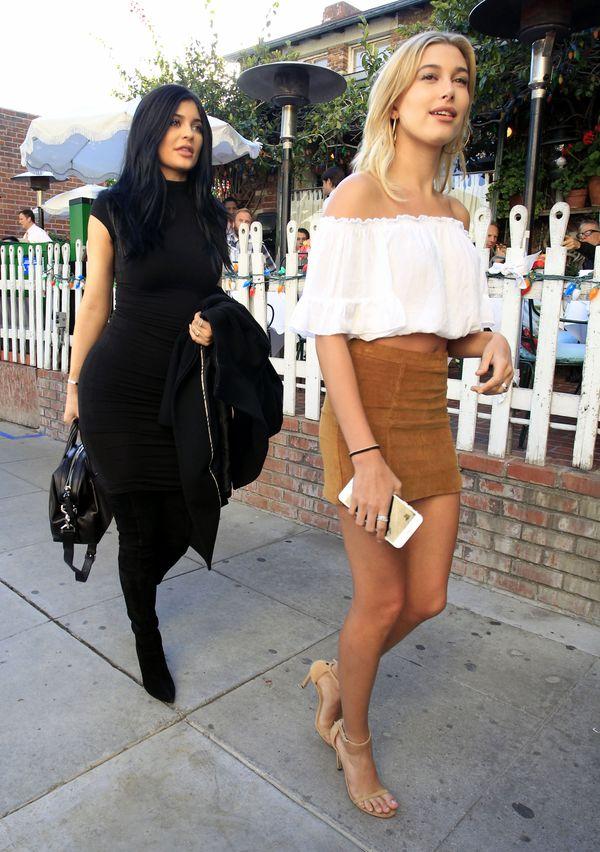 Najnowsze stylizacje Kylie Jenner i Hailey Baldwin (FOTO)