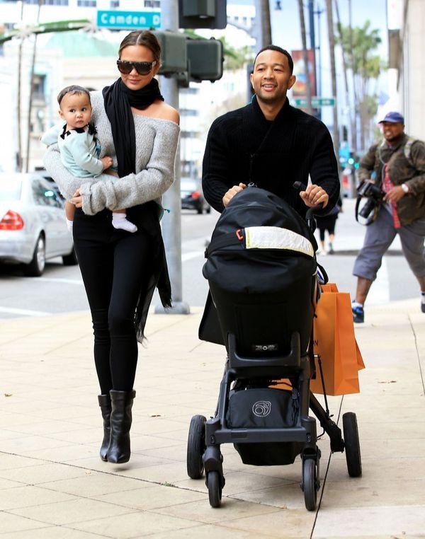 Rodzinka idealna? Chrissy Teigen przyłapana na świątecznych zakupach (FOTO)