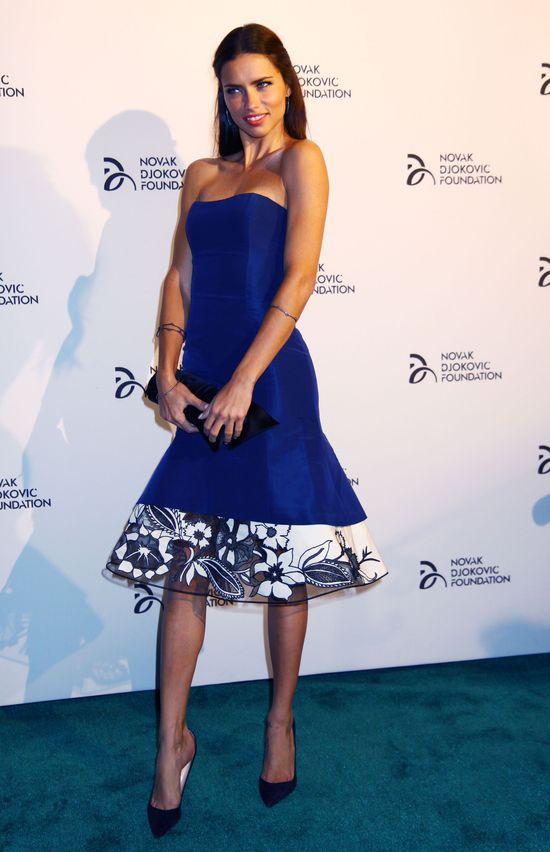 Adriana Lima w sukience... (FOTO)