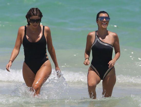 Ciężarna Kourtney Kardashian w kostiumie kąpielowym wygląda nieziemnsko