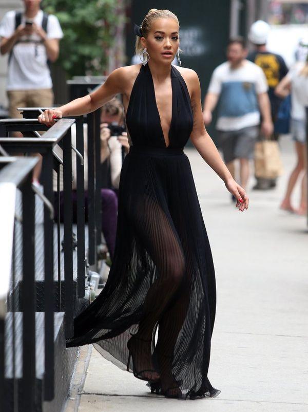 Rita Ora zachwyca w prześwitującym czarnym kombinezonie