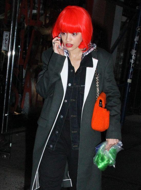 Rita Ora w czerwonej peruce (FOTO)