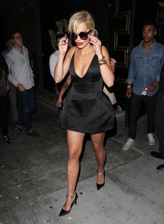 Rita Ora w mini sukience z bardzo dużym dekoltem (FOTO)