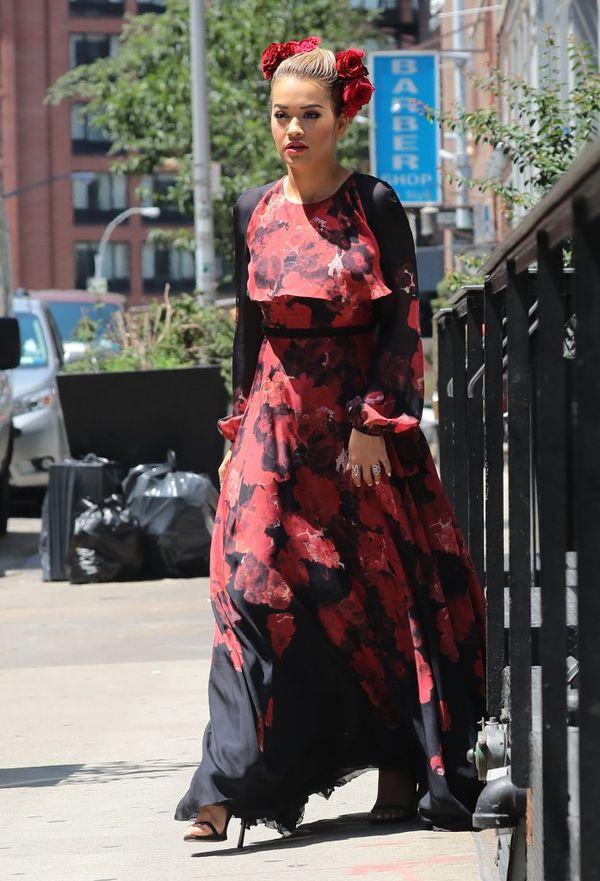 Rita Ora na ulicach Nowego Jorku niczym modelka na pokazie Dolce&Gabbana