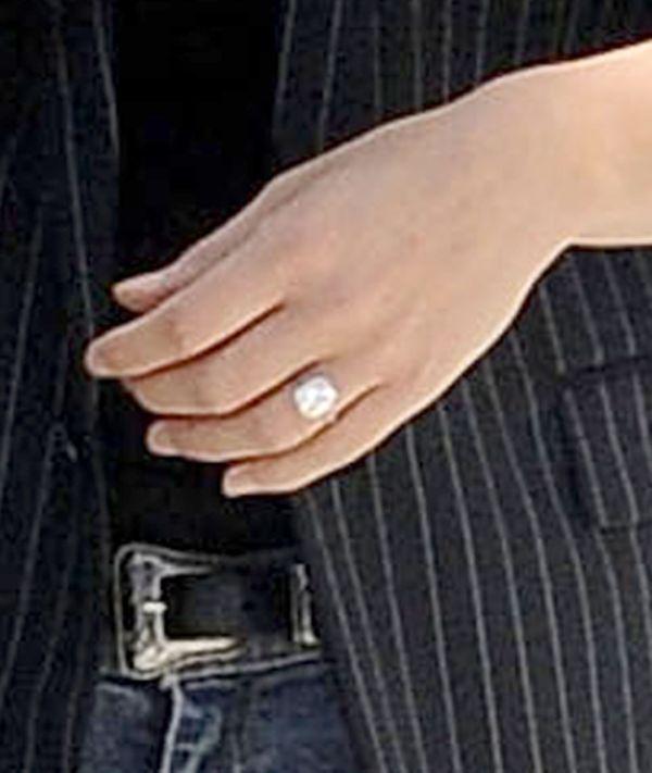 Bar Refaeli pochwaliła się zaręczynowym pierścionkiem (FOTO)