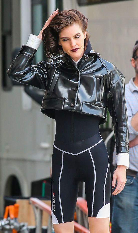 Chuda Hilary Rhoda w rowerowej sesji (FOTO)
