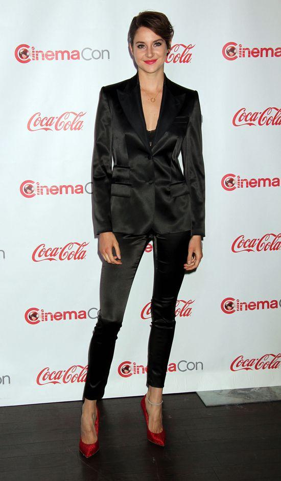 Shailene Woodley na czerwony dywan przychodzi w spodniach