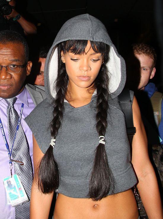 Rihanna w dresie i dwóch warkoczach (FOTO)