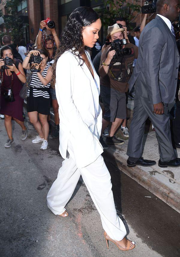 Rihanna w oversize'owym, białym garniturze na NYFW (FOTO)
