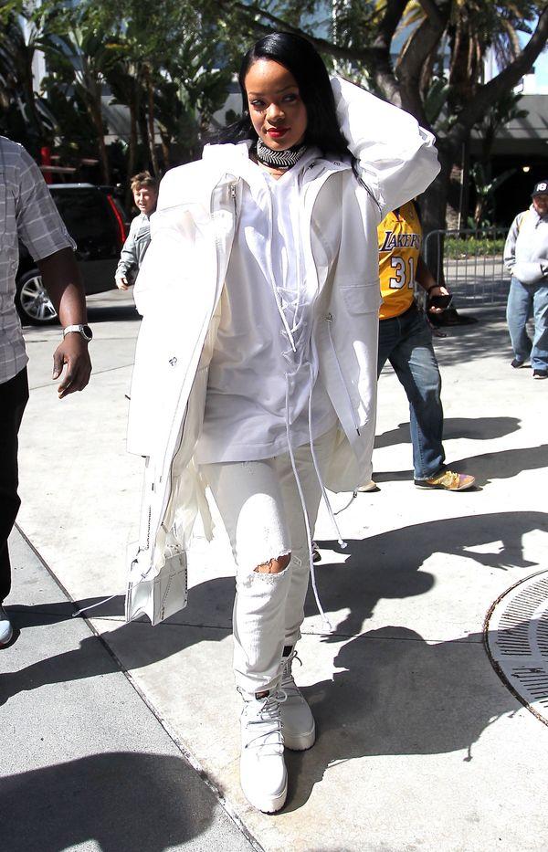 Rihanna od stóp do głów w bieli (FOTO)