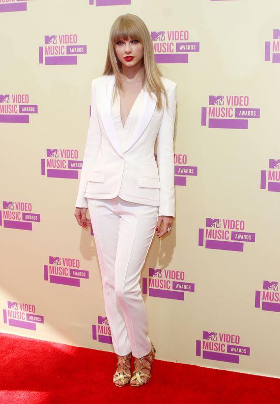 Taylor Swift w kostiumie na czerwonym dywanie (FOTO)