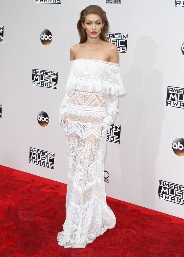Gigi Hadid założyła suknię ślubną na galę AMA 2016? (FOTO)