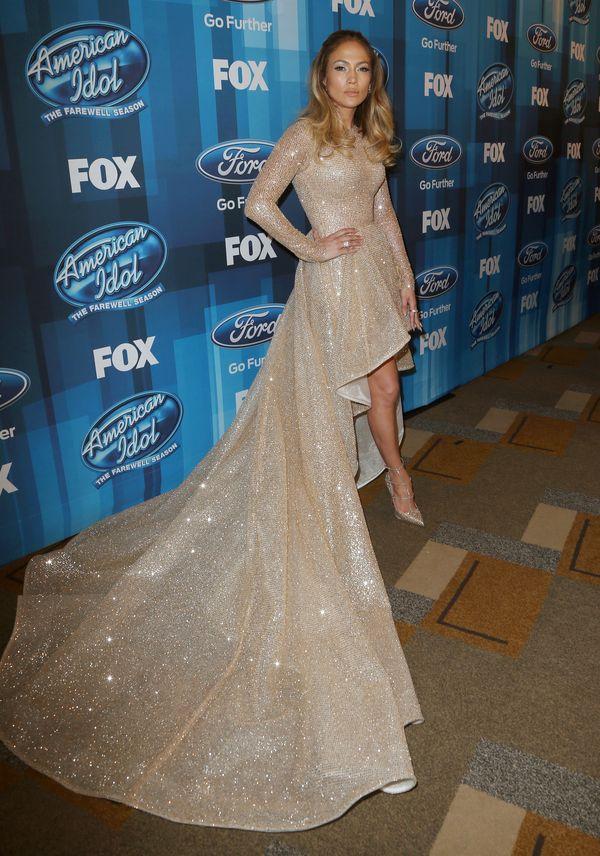 Jennifer Lopez zachwyca kreacją, makijaż pozostawia wiele do życzenia...