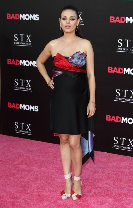 Mila Kunis w zaawansowanej ciąży w sukience Versace (FOTO)