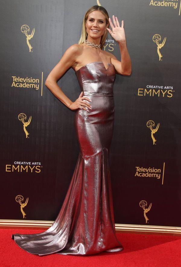 Metaliczne suknie na czerwonym dywanie - kto nosi je lepiej? (FOTO)