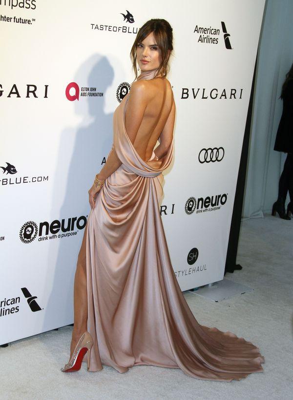 Alessandra Ambrosio zachwyca w szampańskiej kreacji na after party Oscarów