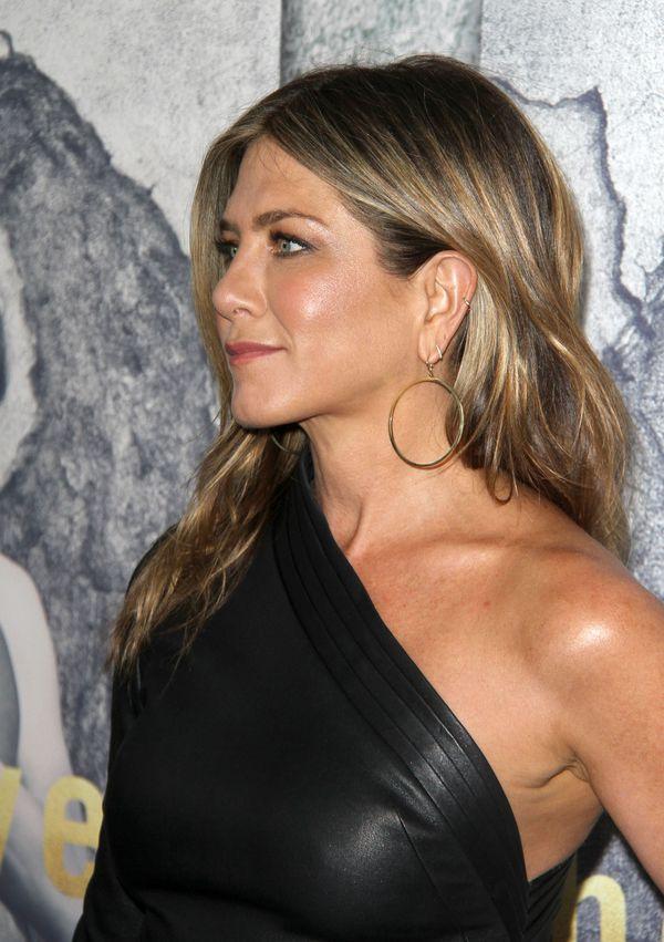 Ta suknia zdradziła, że Jennifer Aniston NAPRAWDĘ jest w ciąży! (FOTO)