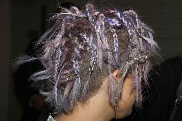 Kelly Osbourne z agrafkami we włosach (FOTO)