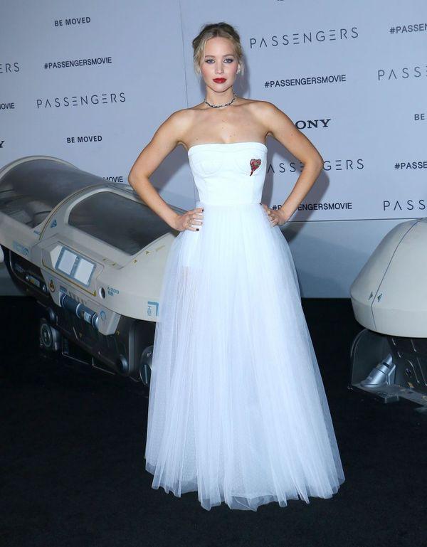 Jennifer Lawrence, czyli kolejna gwiazda w sukni ślubnej na czerwonym dywanie?