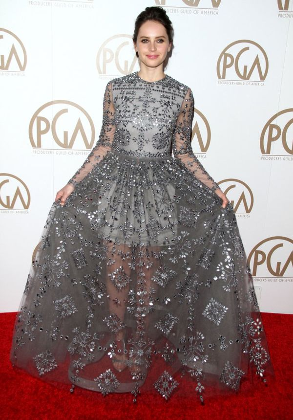 Felicity Jones w srebrnej sukni Valentino Fall 2015 (FOTO)