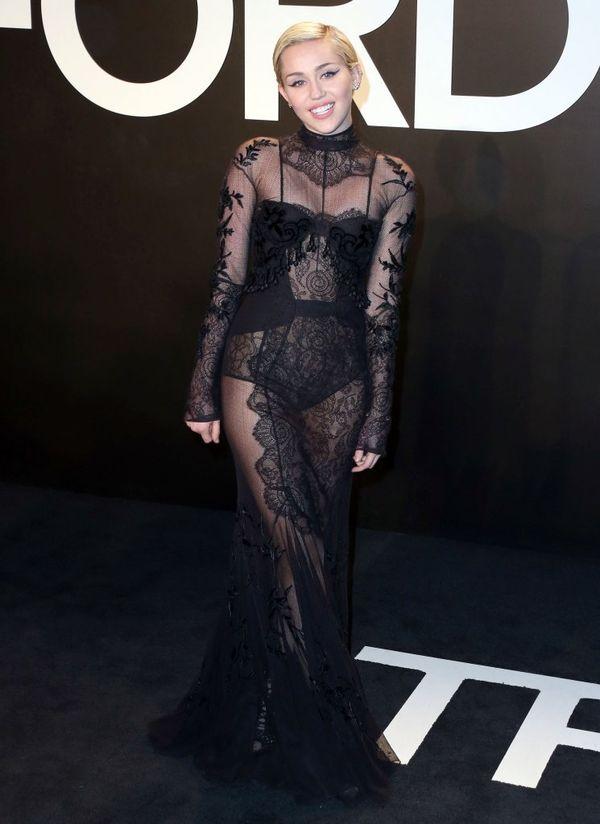 Jennifer Lopez vs Miley Cyrus - która lepiej w prześwitach?