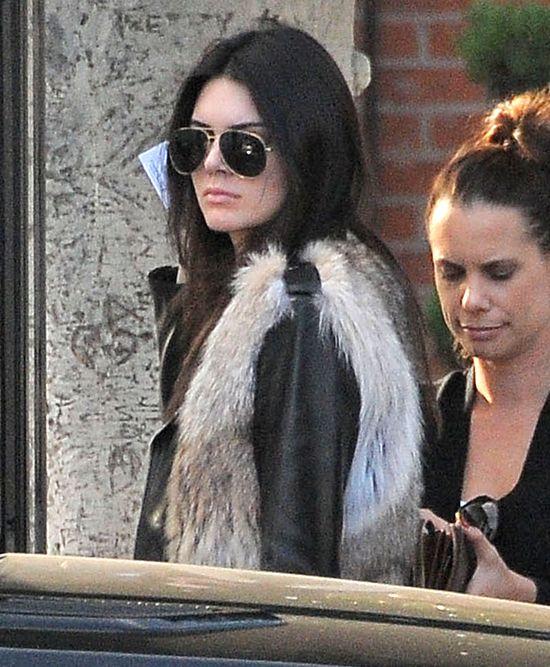Kendall Jenner świeci pupą i brzuchem (FOTO)