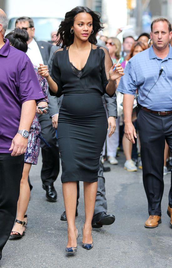 Zoe Saldana podkreśla ciążowy brzuszek (FOTO)