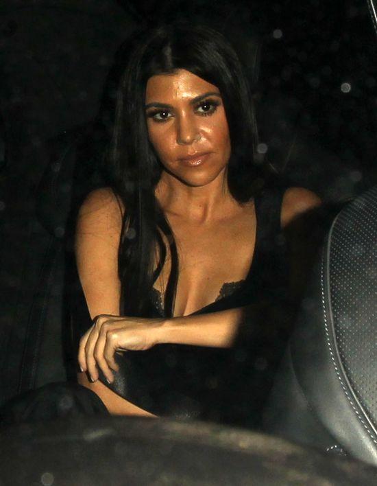 Kourtney Kardashian w ogrodniczkach z Topshopu (FOTO)
