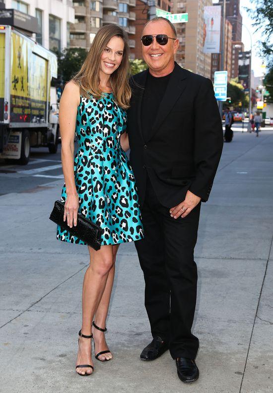 Hilary Swank w sukience od Michaela Korsa