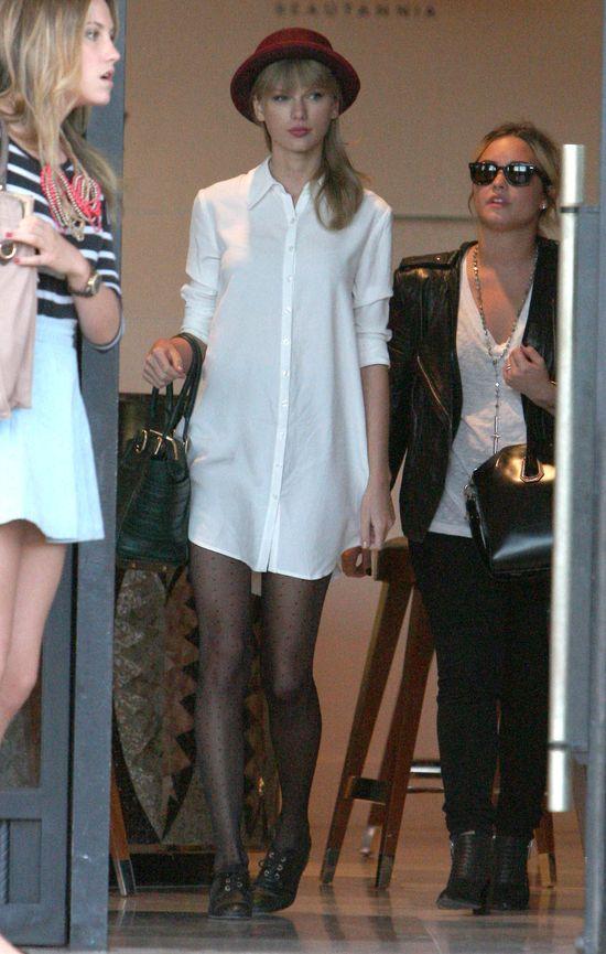 Taylor Swift w długiej koszuli i kapeluszu (FOTO)