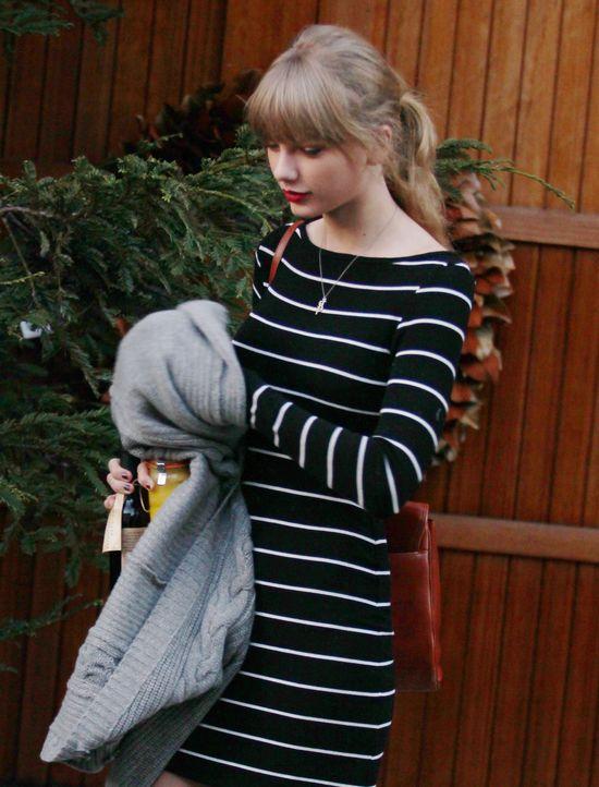 Taylor Swift w paskach i pończochach (FOTO)